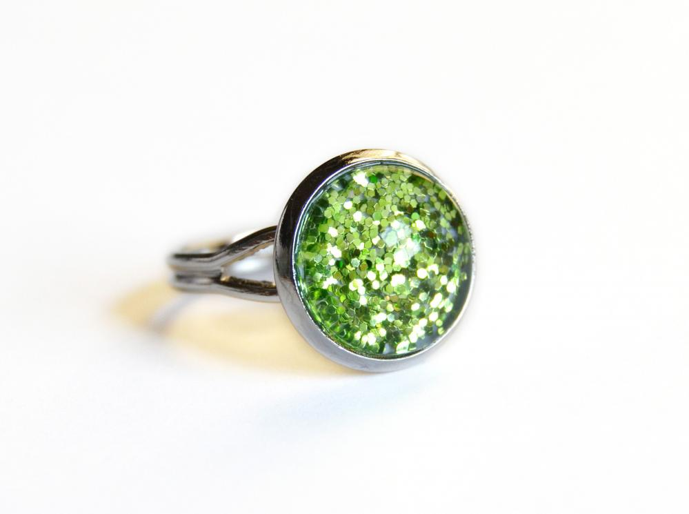 Sparkling green ring - glass cabochon and glitters